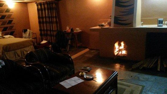 Mountain Gorilla View Lodge: Zimmer mit Kamin