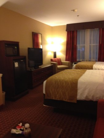 Comfort Inn & Suites Near Burke Mountain : queen room with couch n table