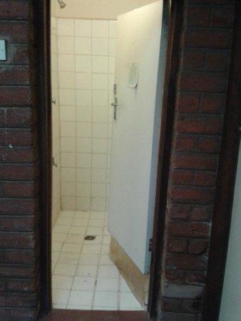 Korea Garden Lodge: shower from outside