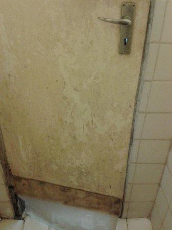 Korea Garden Lodge: inside of shower door