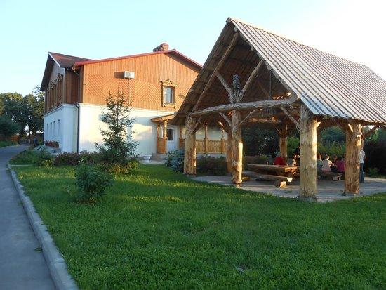 Suzdal Inn: L'hôtel et une dépendance de plein air.