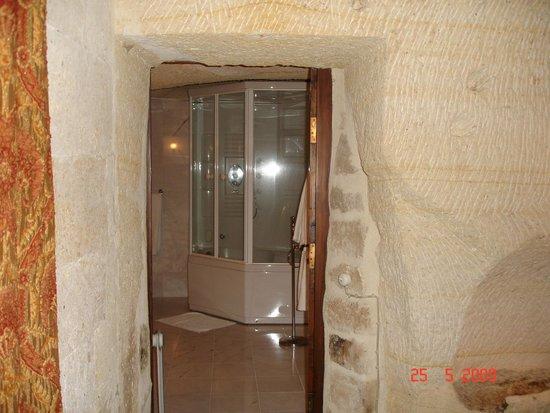 Yunak Evleri: Vista desde el living habitación al baño
