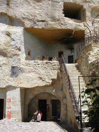 Yunak Evleri : Hall al aire libre de las habitaciones
