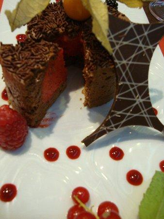 L'Eden : Dariole chocolat intérieur sorbet poivron rouge et framboises