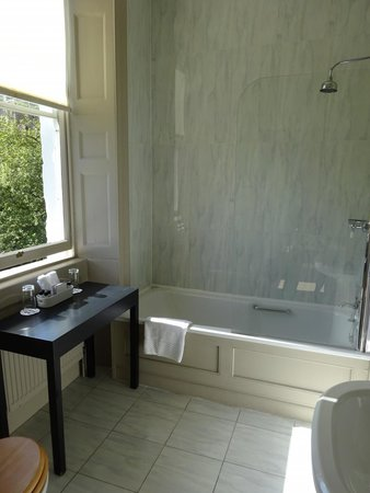 Queensberry Hotel: Look into the bathroom with bathtub and a shower extra