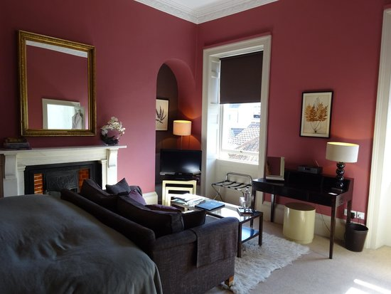 Queensberry Hotel: Our room with a little desk, couch and bed on the left. Nice!