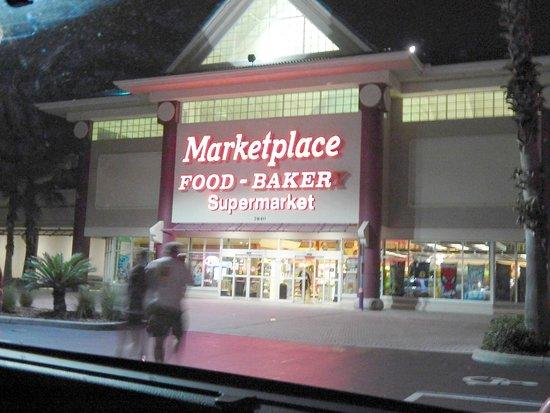 Clarion Suites Maingate: Supermercado cerca del Hotel