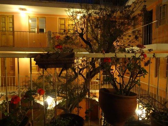 Posada Nueva Espana : the dining room at night