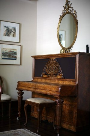 Annex Garden Bed & Breakfast and Suites : Piano in bright and sunny livingroom