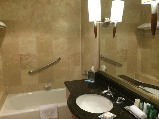 Hilton Los Angeles/San Gabriel: Separate tub and shower