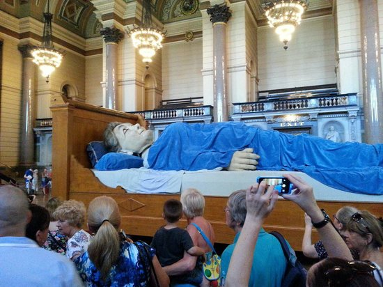 St. George's Hall: Giant Grandma sleeping during Giants Weekend