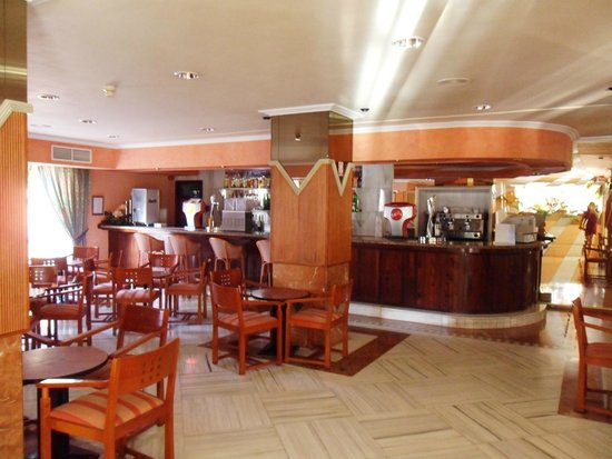 Globales Condes de Alcudia: Empty dated never opened bar!