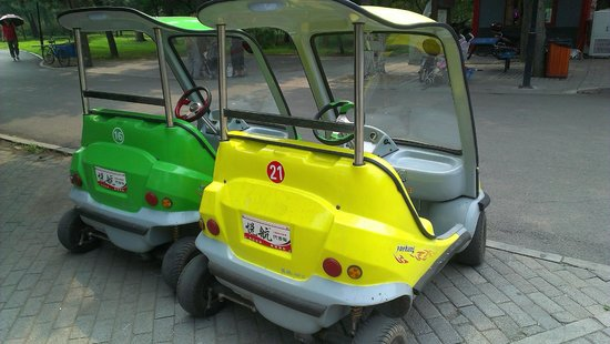 Beiling Park: Smart lookalike electric cars for rent - $40RMB for 30 minutes