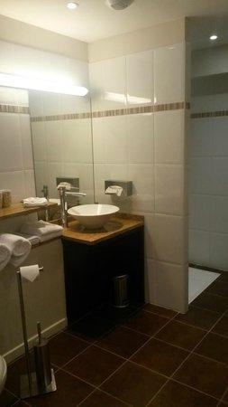 Hotel Burgevin : salle de bain très propre