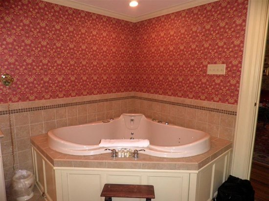 The Inn at Erlowest: Schuyler jacuzzi bath