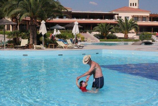 Pilot Beach Resort: центральный бассейн возле ресторана