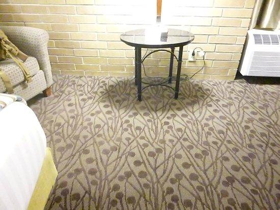 Drury Inn & Suites Atlanta Morrow: King bed room, clean carpets