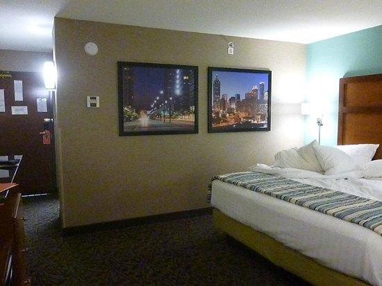 Drury Inn & Suites Atlanta South: King Bed room, nice decor
