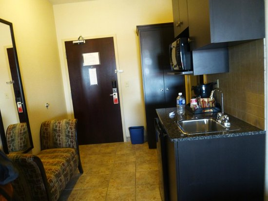 Ramada Pincher Creek: entry way