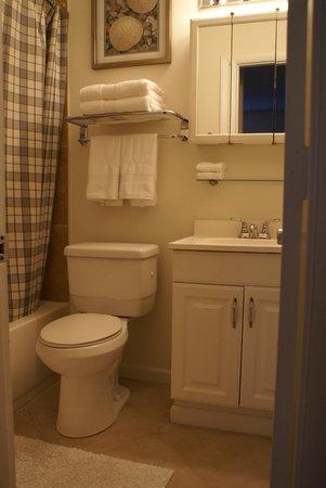 Island Sands Inn: Two Bedroom Condo/Villa Bathroom