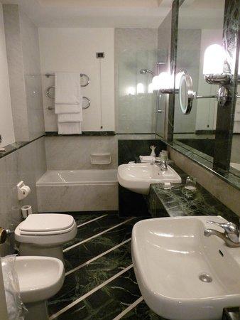 Grand Hotel Vesuvio: salle de bains
