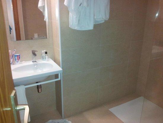 Aparthotel Maracaibo: Shower Bathroom