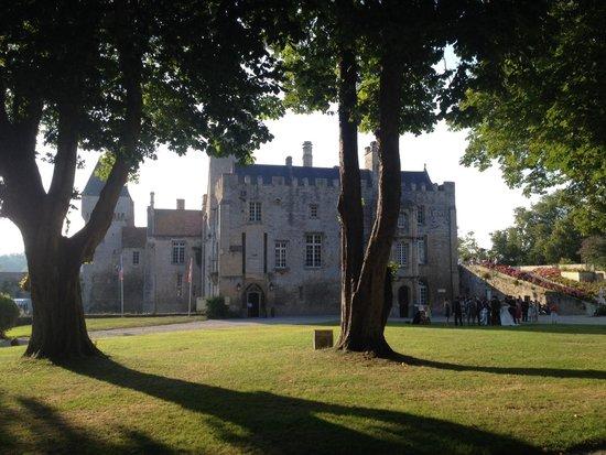 Creully, Francia: Vue du château