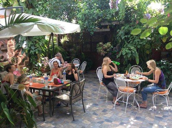 Hotel Casa Gabriela: Comedor en el area del jardin