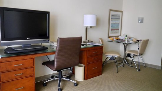 Georgetown Suites: desk and dining table