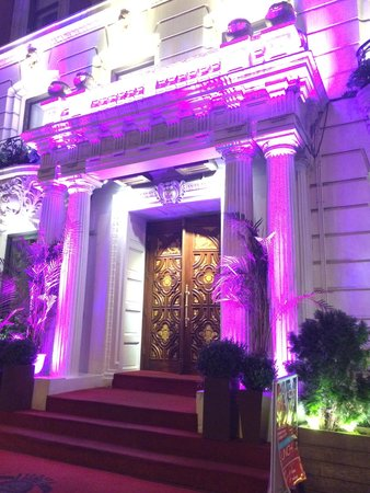 Sanctuary Hotel New York: Entrance at night