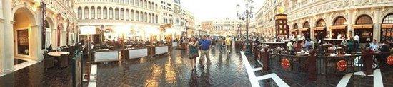 The Venetian Las Vegas : Venetian - indoors plaza that looks outdoors