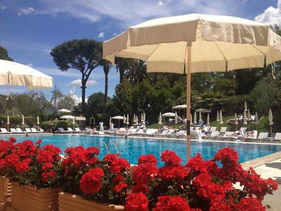 Rome Cavalieri, Waldorf Astoria Hotels & Resorts: Pool terrace at Rome Cavalieri