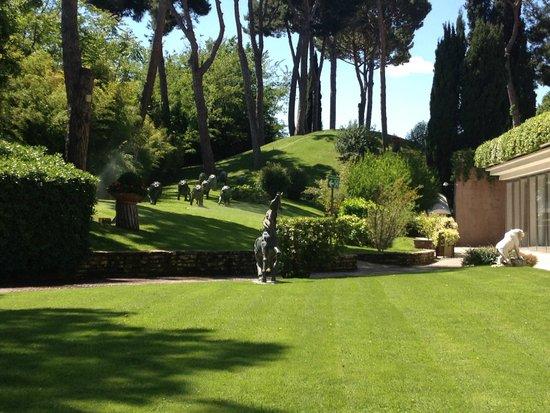 Rome Cavalieri, Waldorf Astoria Hotels & Resorts: Lawns at Rome Cavalieri