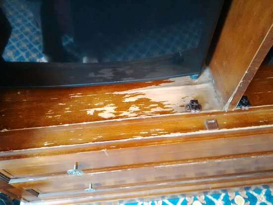Serrano Hotel: Tatty damaged closet