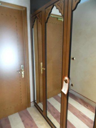 Ai Mori d'Oriente Hotel: Wardrobes