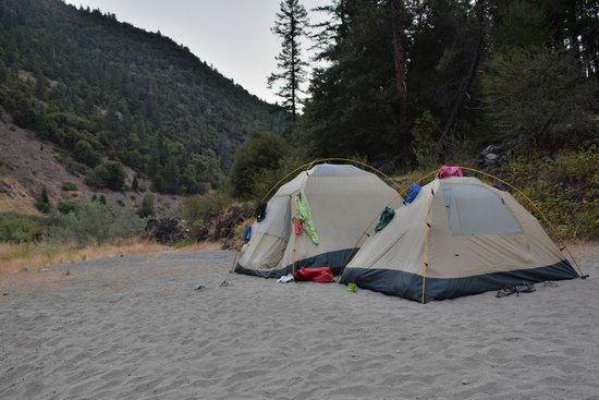 Momentum River Expeditions : first night on the rock-sandy beach