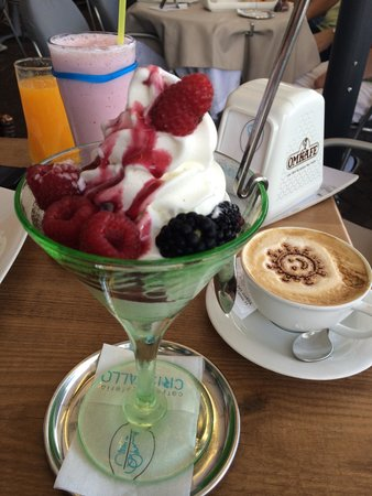 Cristallo Caffe Gelateria: Frozen yogurt with forest berries and cappuccino