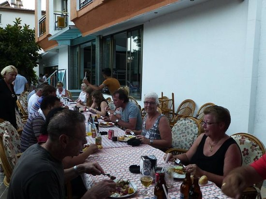 Kahraman Hotel: Gezellige BBQ bij het zwembad