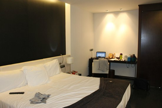 Hotel Diagonal Plaza: le très grand lit et le bureau