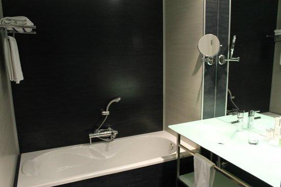 Diagonal Plaza Hotel : la salle de bain côté baignoire