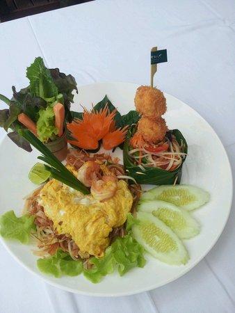 Eat Sense Beach Restaurant Samui : Very pad thai with shell scallop at Eat sense.
