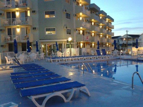 Diplomat Suites: Condo pool