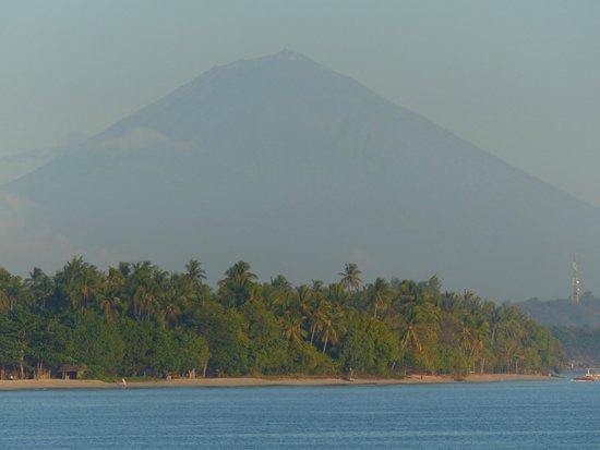 The Oberoi, Lombok: volcan de Bali visible depuis la plage