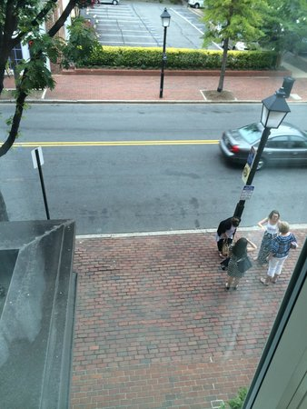 Hampton Inn Alexandria - Old Town/King Street Metro: View from our room of the trolley stop in the front part of the hotel.