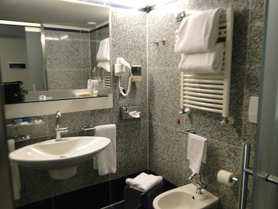 Best Western Plus Hotel Universo : banheiro completo