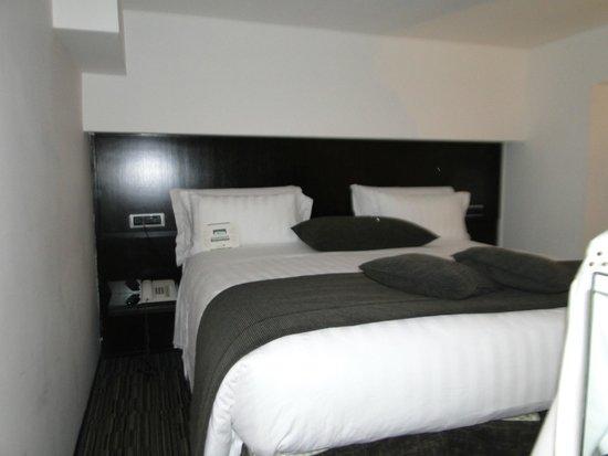 Best Western Plus Hotel Universo : andar de cima a cama em frente com tv
