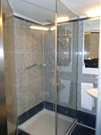 Best Western Plus Hotel Universo : banheiro com box