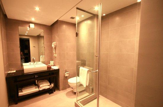 Tufenkian Historic Yerevan Hotel : Salle de bain.