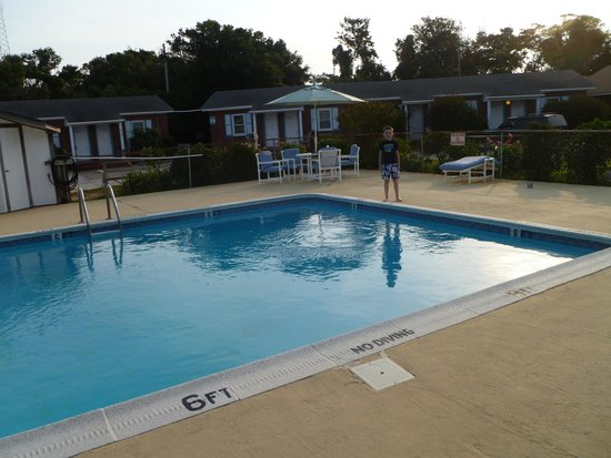 Cape Pines Motel : Relaxing by the pool