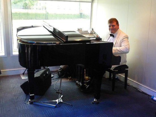 Bateaux London: Pianist on board